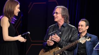 Jackson Browne accepts the Les Paul Award